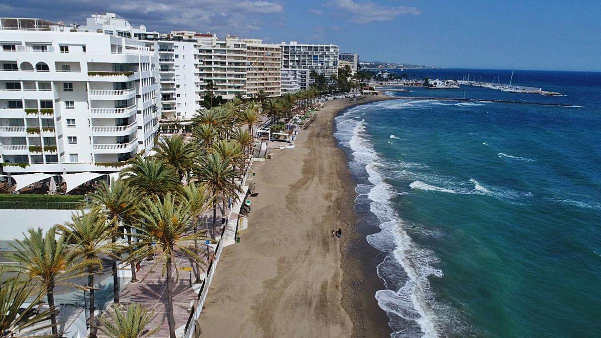 Un tramo de litoral que discurre por el centro urbano de Marbella.