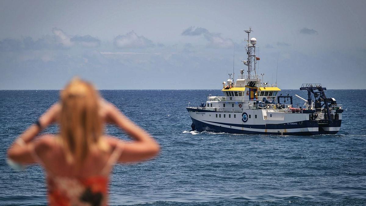 El buque 'Ángeles Alvariño' frente a Santa Cruz de Tenerife.     ANDRÉS GUTIÉRREZ