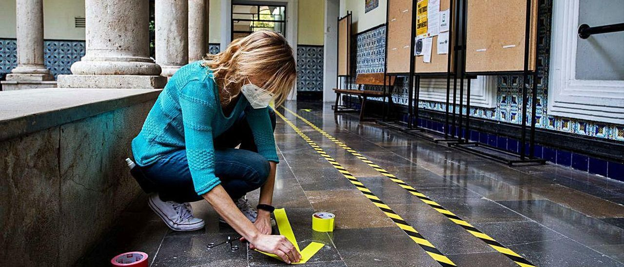 La directora de un IES de València señaliza las zonas comunes de paso.