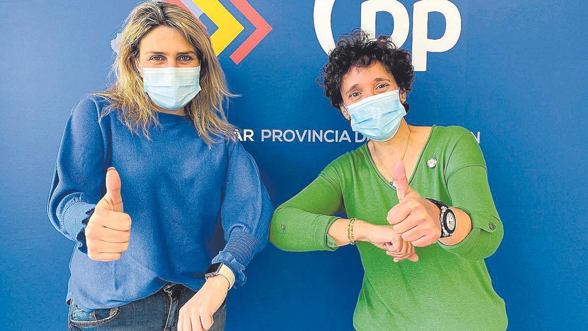 Momento tras la formalización del acuerdo ayer entre Marta Barrachina y Carmina Ballester en la sede del PP.