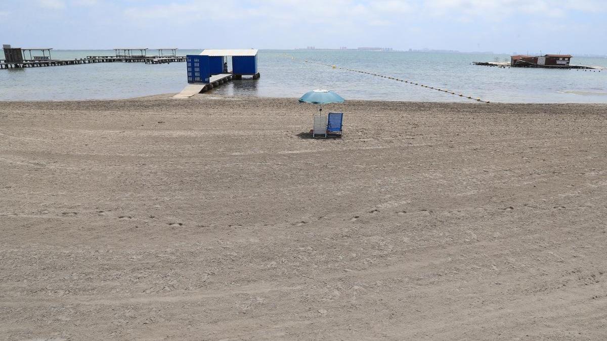 La playa de Los Arcos, en San Pedro del Pinatar, prácticamente vacía en pleno verano