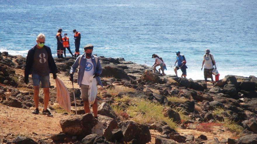 Voluntarios de Lanzarote y Fuerteventura se unen para jornada de limpieza en el litoral de Playa Blanc