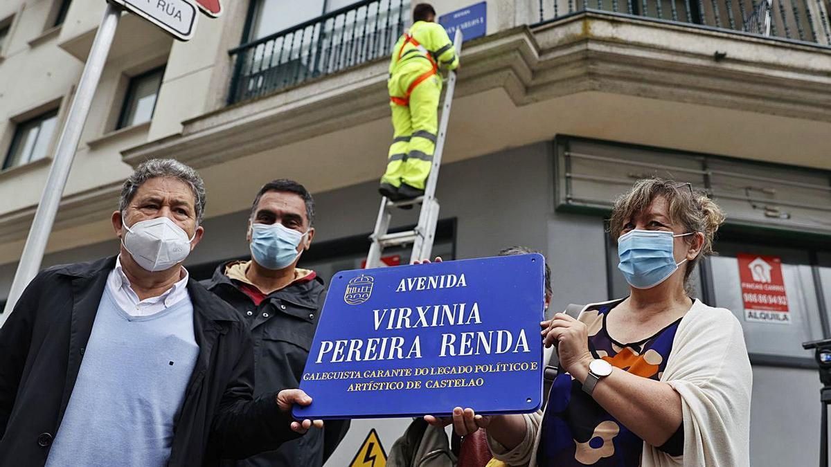 La placa que recuerda a la estradense Virxinia Pereira y el momento en que se retira la que dedicaba la calle al Rey emérito. |  // RAFA VÁZQUEZ