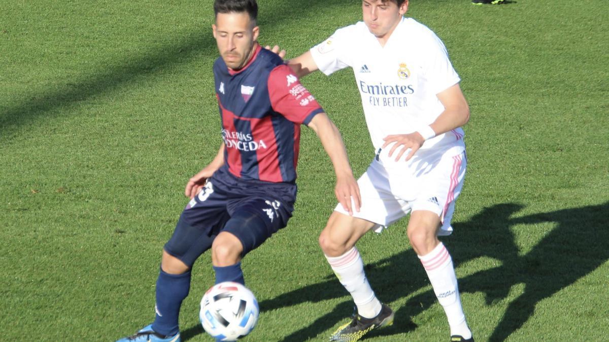 Dani Toribio pelea con un jugador del Real Madrid Castilla durante el partido jugado en Valdebebas.