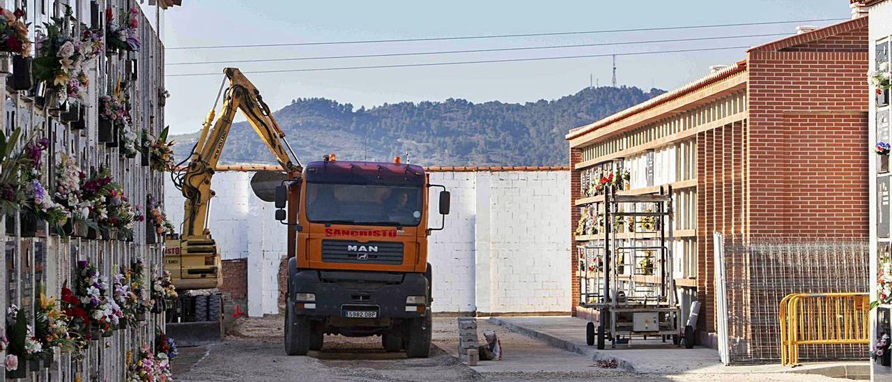 Operarios con maquinaria trabajando en la construcción de los nichos, ayer en el cementerio | PERALES IBORRA