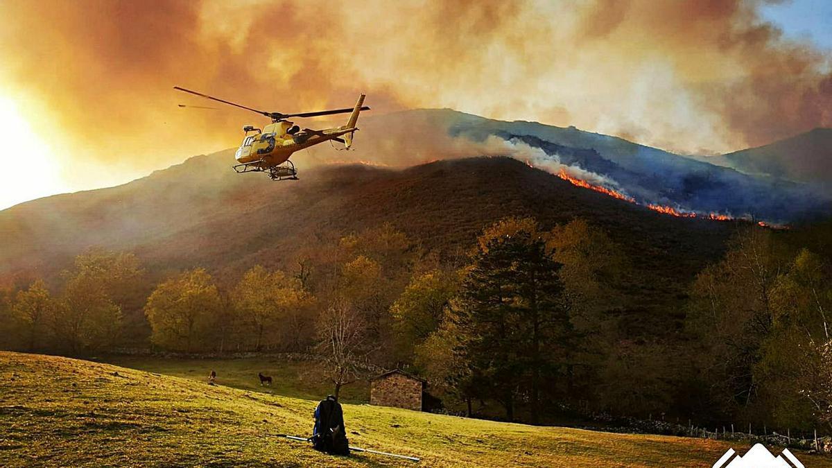 Un helicóptero de extinción del SEPA, en plena intervención. | SEPA