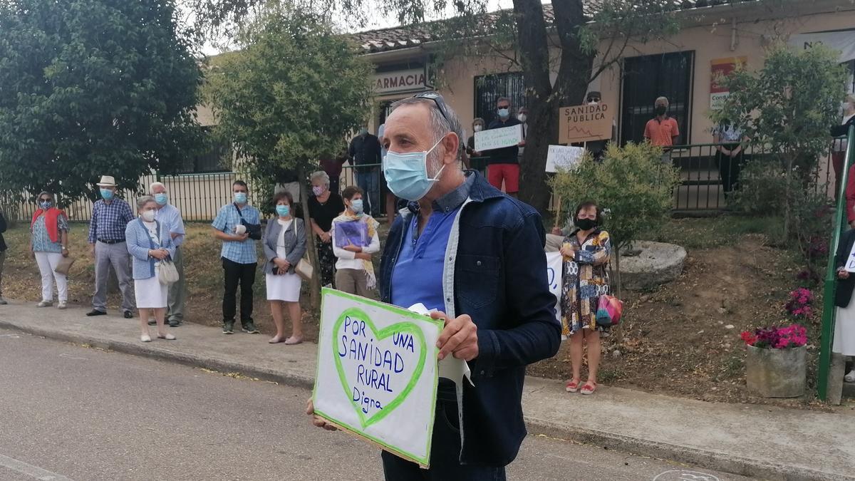 El ex alcalde de Pozoantiguo, en una concentración en defensa de la sanidad celebrada en el pueblo