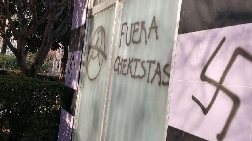 La sede de Podemos en Alcalá, con pintadas nazis