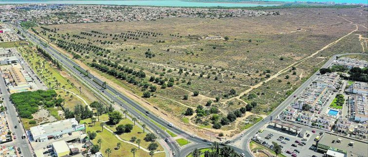 El plan de la Hoya está delimitado por la CV-905, el parque natural y la variante de la N-332: 1,7 millones de metros cuadrados.    TONY SEVILLA