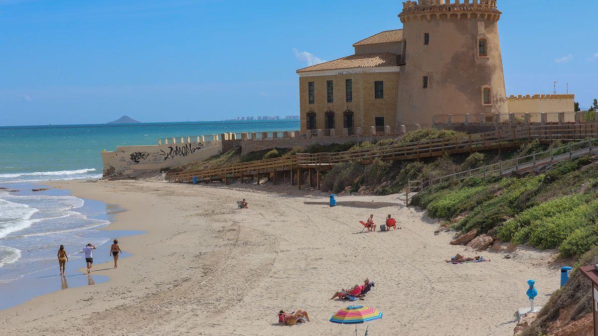 Torre Vigía del siglo XVI en la Playa del Conde en Pilar de la Horadada