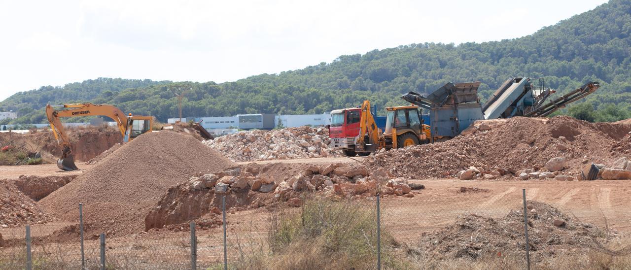Uno de los terrenos en los que se acumula la tierra de la obra de la autovía. Vicent Marí