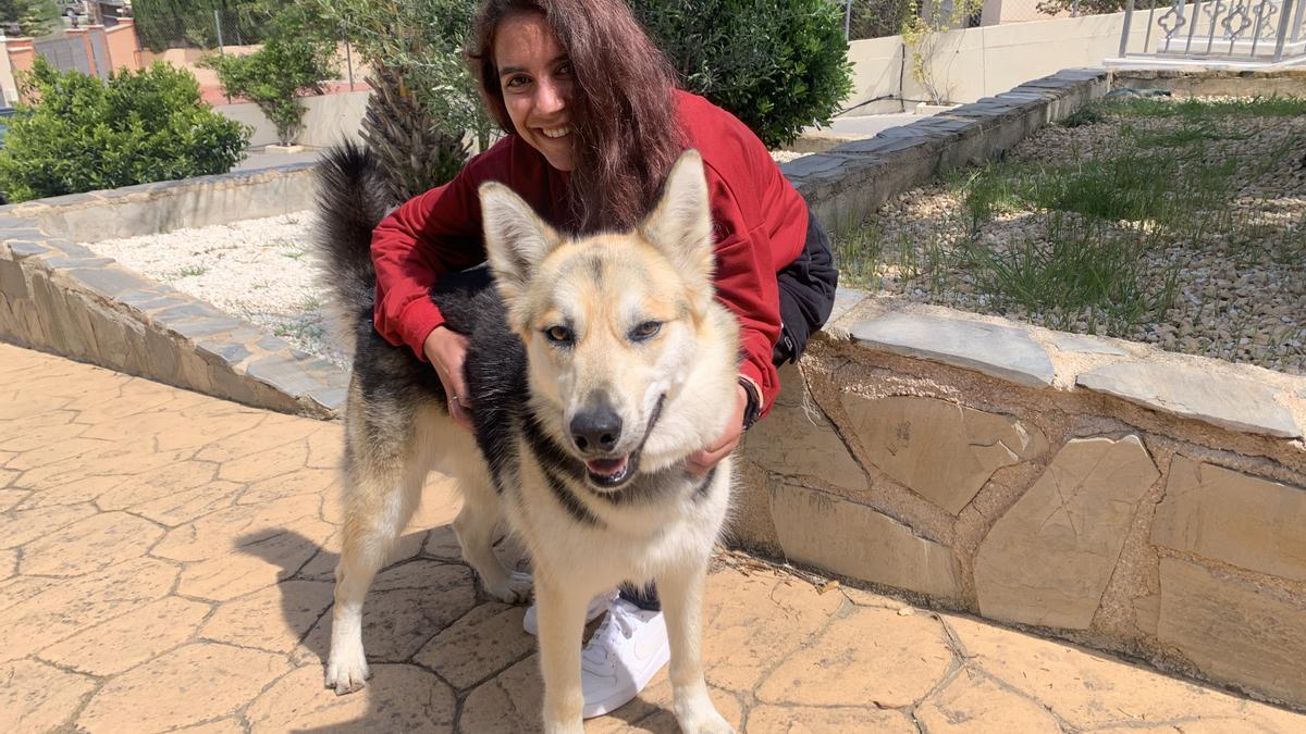Laura Nicolás, con su perra en el domicilio de sus padres en Molina de Segura.