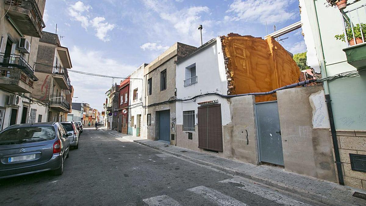 La calle Muntanya y la plaza dels Llauradors, ambas en Beniopa, donde se va a producir el derribo de viviendas en ruina y mejoras urbanas generales. | ÀLEX OLTRA