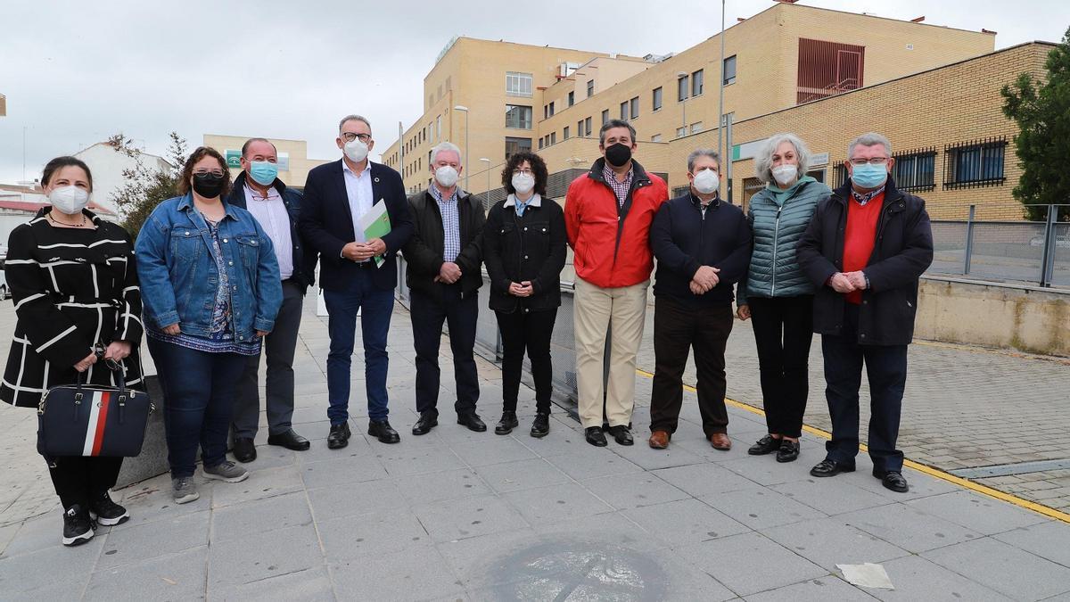 Responsables del PSOE de la provincia y de Los Pedroches ante el hospital.