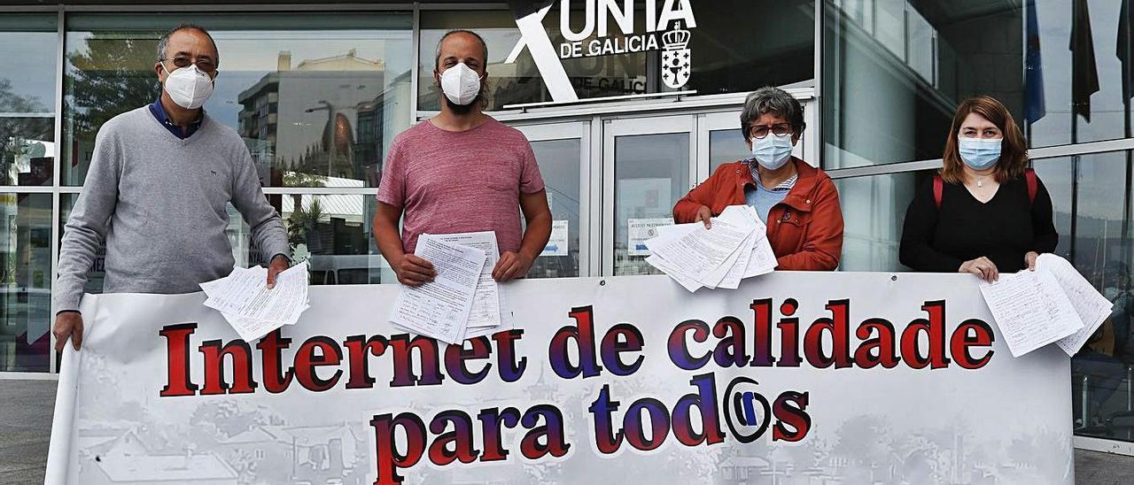 Integrantes de la plataforma Gondomar Fibra Xa! presentaron ayer 1.650 firmas ante la Xunta.     // R. GROBAS