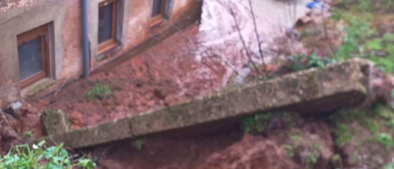 Uno de los bloques de hormigón desprendidos y caídos al patio trasero de la vivienda de Perlora afectada.