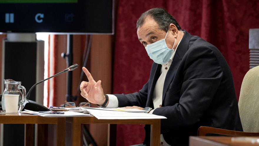 El Parlamento recula y acuerda cesar a los políticos que se vacunen antes de tiempo