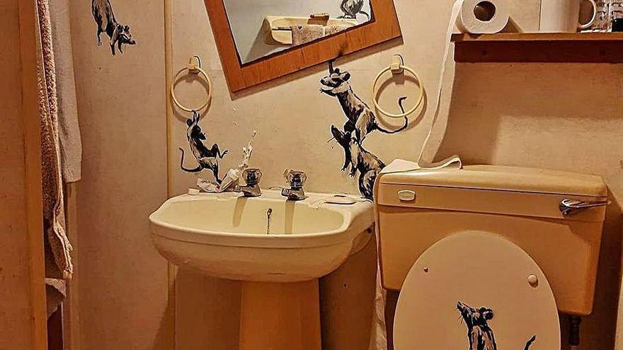 """Banksy """"instala"""" a sus ratas en el baño al estar confinado"""