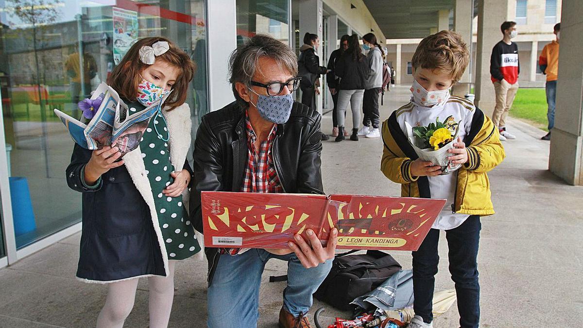 El escritor ourensano Juan Tallón, entre los usuarios que ayer acudieron a la biblioteca Nós.   |   // IÑAKI OSORIO