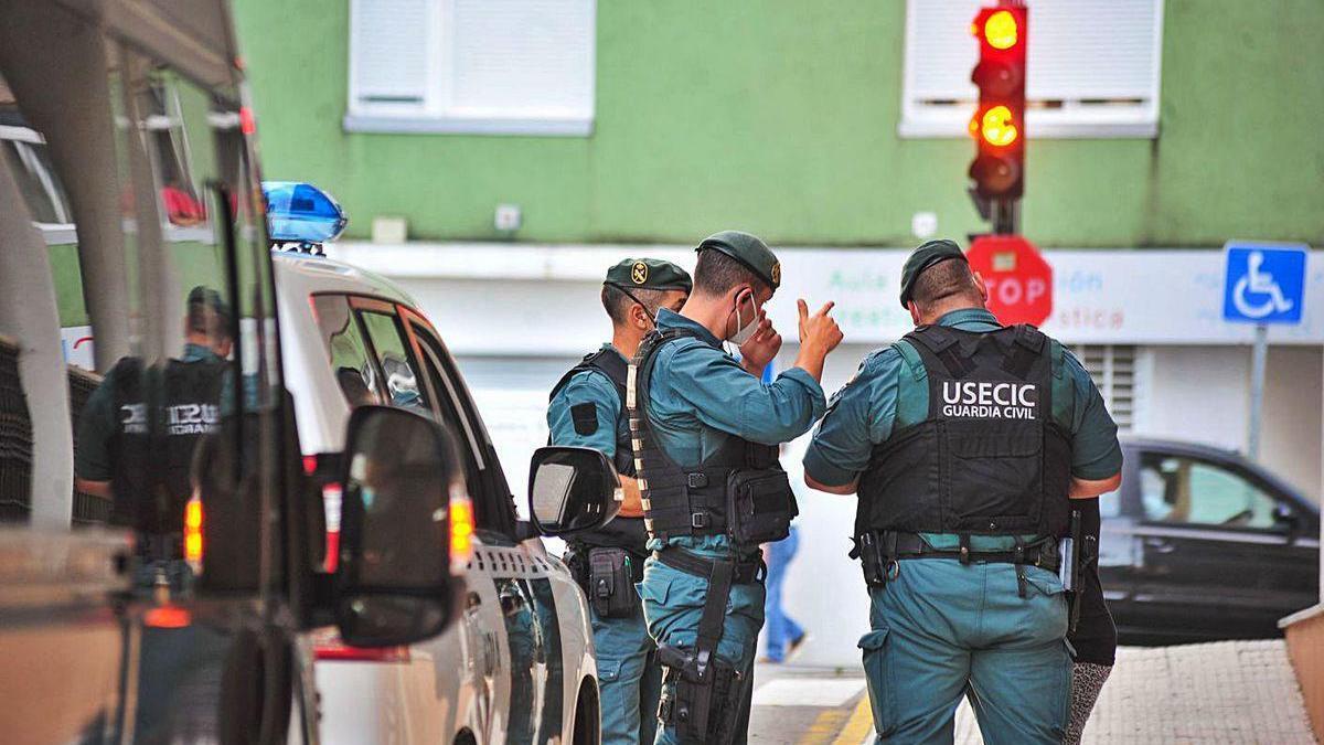 La Guardia Civil en uno de los registros practicados en Vilagarcía.