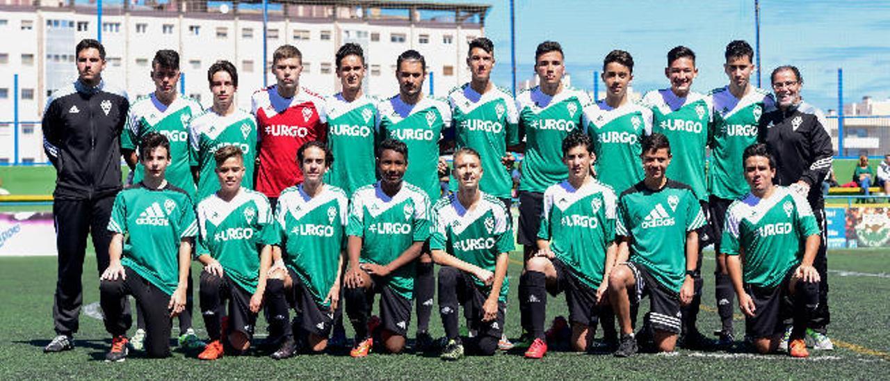 Los equipos cadetes del Vigen del Pilar y Colegio Norte Viera antes de enfrentarse en su decisivo encuentro en el campo Parque Atlántico.