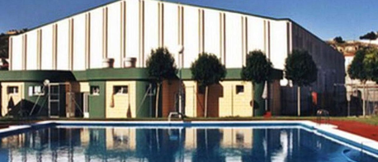 Imagen de archivo de la piscina municipal de Navarrés.   LEVANTE-EMV