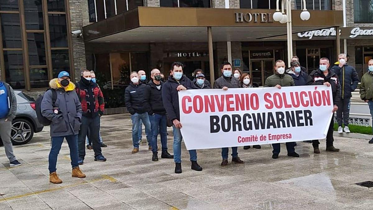 Concentración de empleados de BorgWarner, ayer en Vigo.   | // FDV