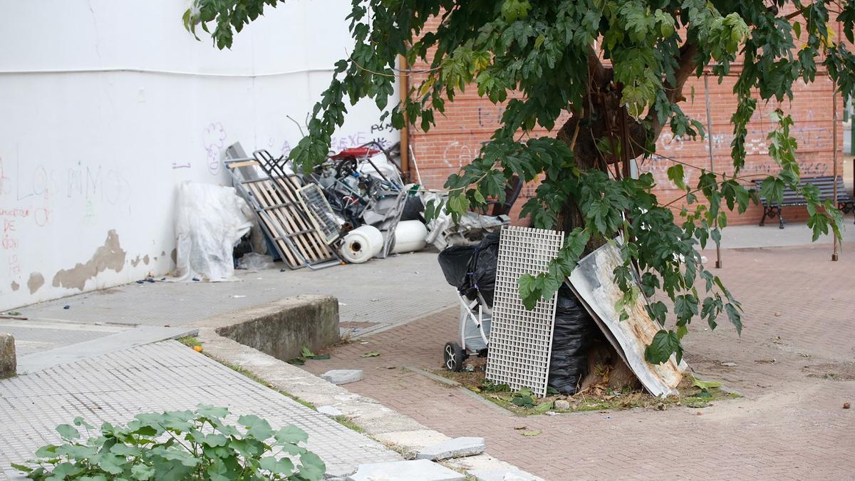 Foto reciente de suciedad acumulada en una zona del Barrio Guadalquivir.