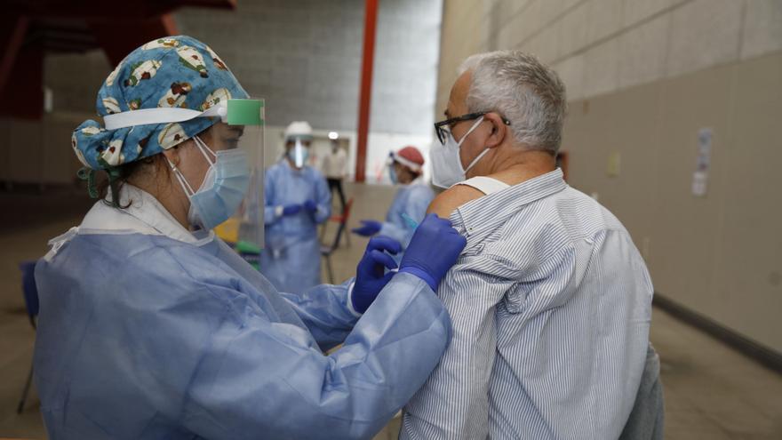 La vacuna enfoca a los septuagenarios, el grupo de edad menos inmunizado