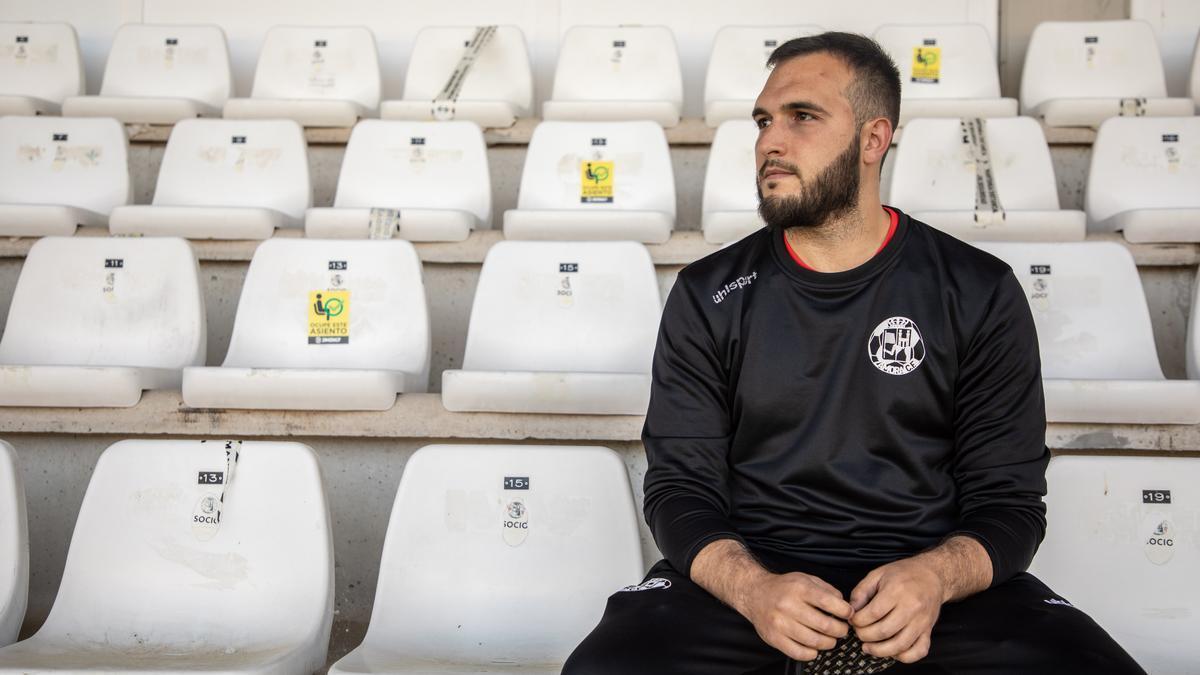 Aaron Riesco, del Zamora CF, en la grada del estadio.