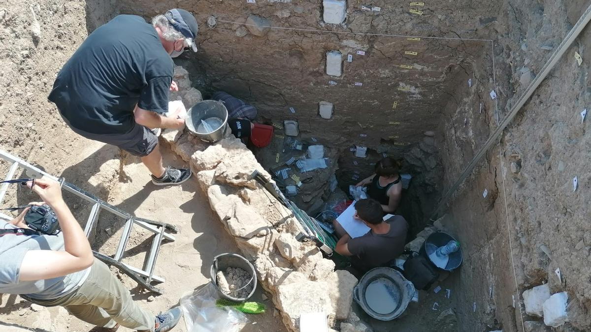 Los arqueólogos realizan trabajos en una zona de Cerro del Villar.