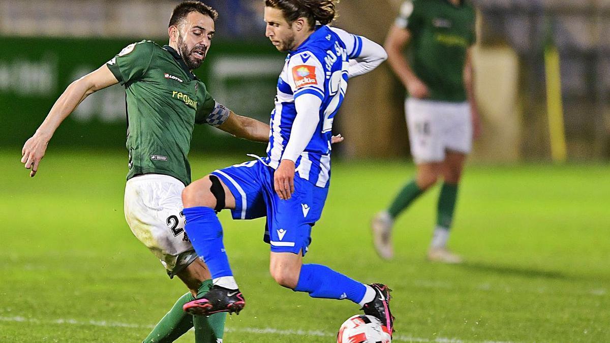 Keko Gontán pugna con Joselu durante el Racing de Ferrol-Deportivo.