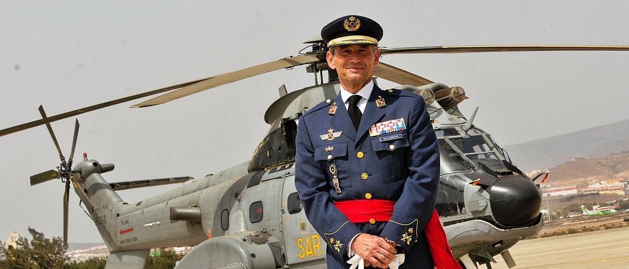 Miguel Ángel Villarroya Vilalta posa delante de un helicóptero de búsqueda y rescate tras tomar posesión como jefe del Mando Aéreo de Canarias en 2015.