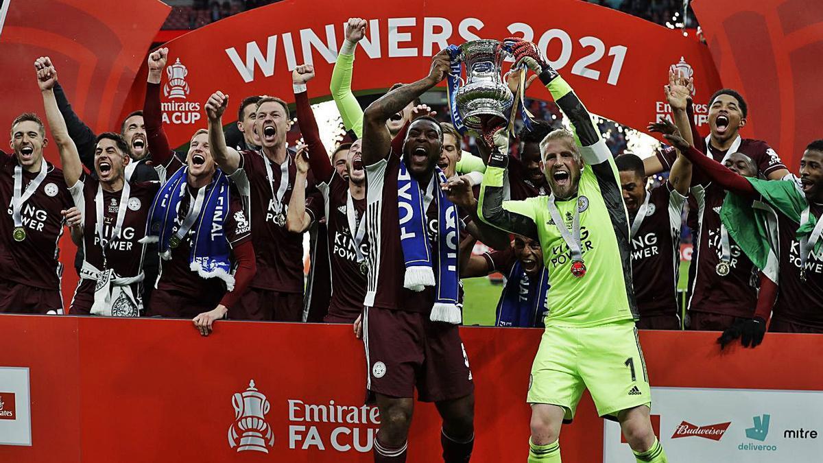 Los jugadores del Leicester celebran el título en Wembley. |  // REUTERS