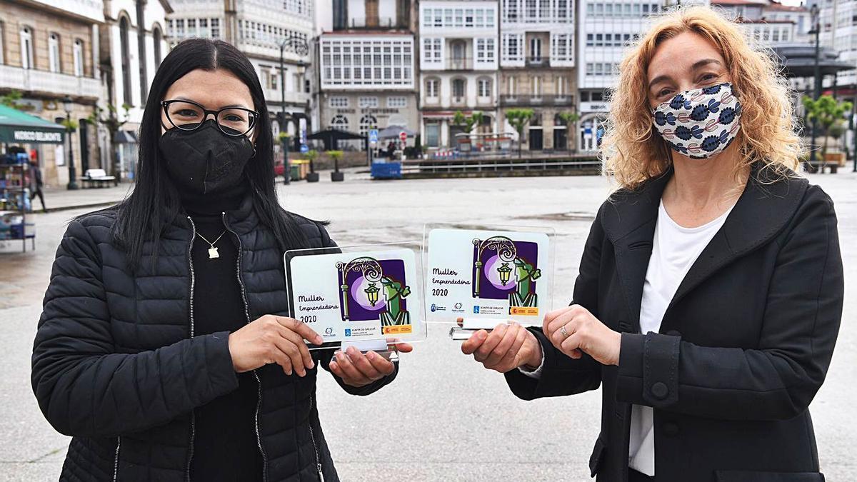 Marisela Durán y Lupe Lema posan con sus distintivos en la plaza de Betanzos. |   // CARLOS PARDELLAS