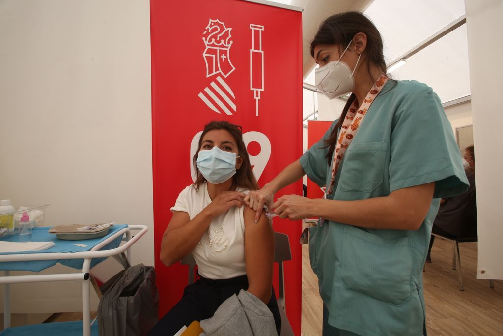 Vacunación de los últimos profesores de la provincia para recibir la primera dosis en el Hospital de Campaña de Alicante