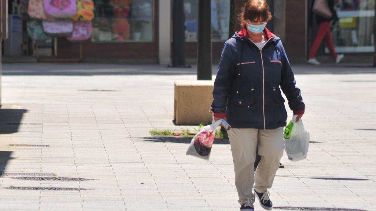 Una mujer camina por una calle de Vilagarcía. // Iñaki Abella