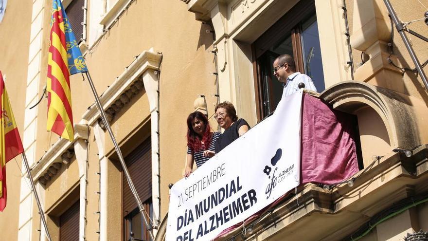 Los actos del día Mundial del Alzheimer arrancan con la colocación de una pancarta