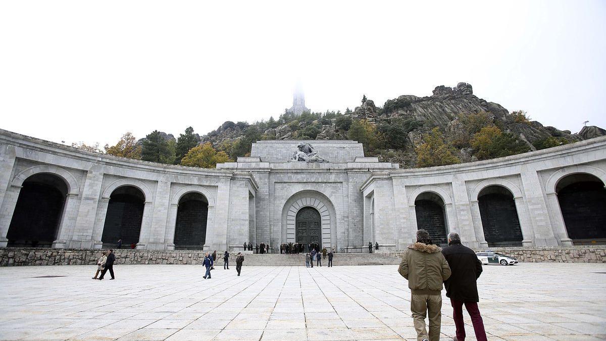 La explanada de la basílica del Valle de los Caídos, con la cruz tapada por la niebla.