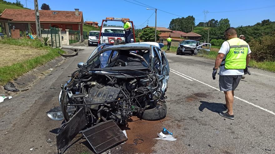 Tres heridos tras la aparatosa colisión de dos coches en la carretera que une Tabaza y Cancienes