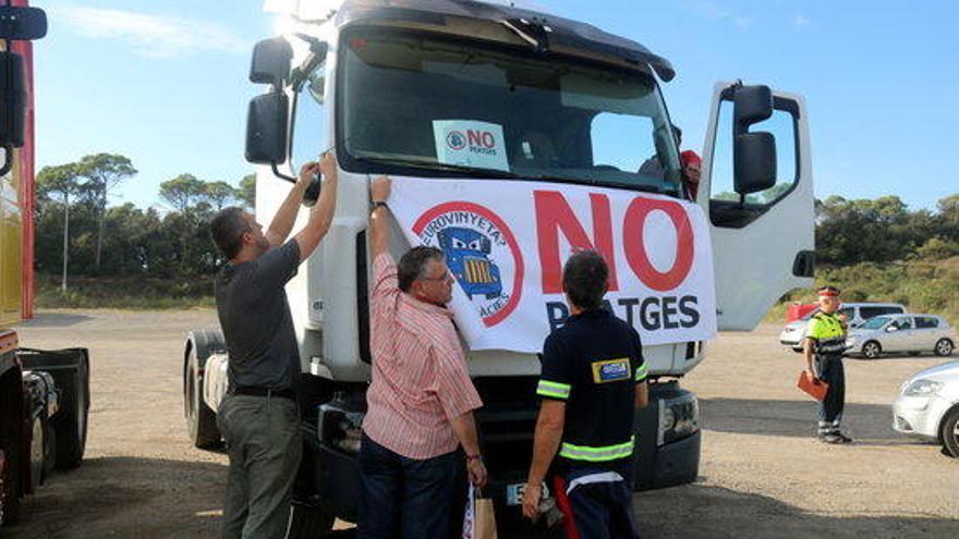 Una vintena de transportistes gironins protesten per les restriccions a l'N-II