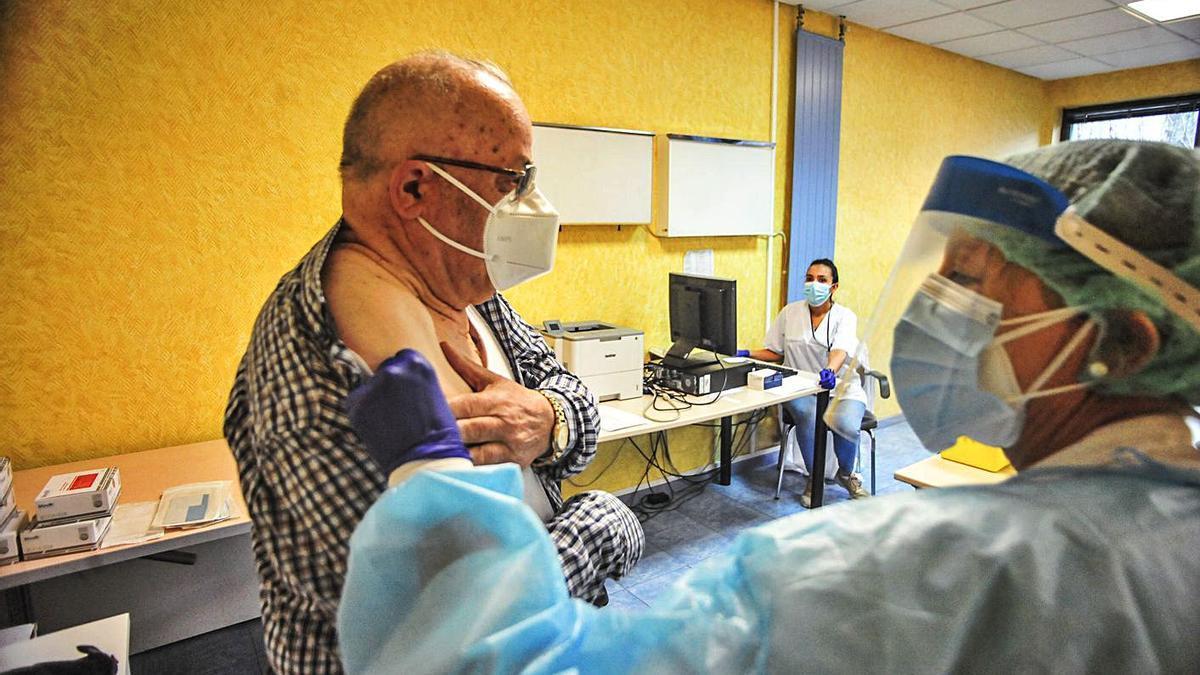 Un hombre se vacuna contra la gripe en un ambulatorio gallego. |   // IÑAKI ABELLA