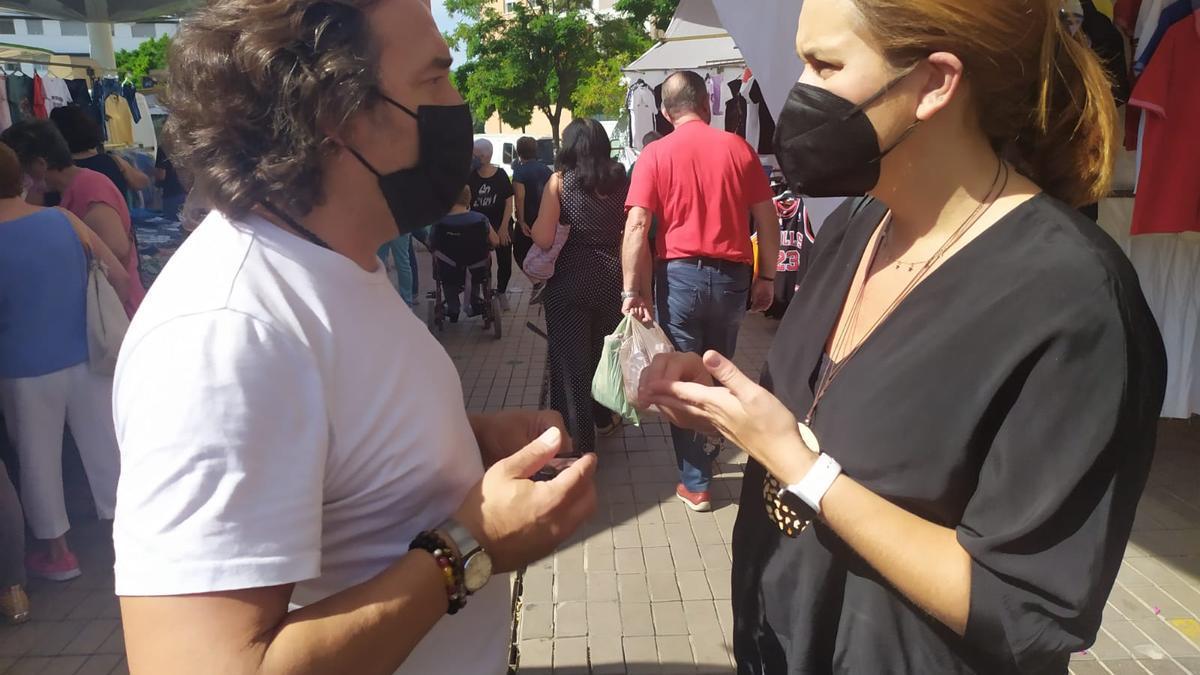 La concejala Carmen Campos conversa con un comerciante ambulante.