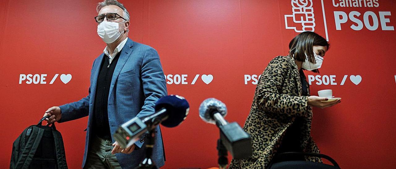 Ángel Víctor Torres y Nira Fierro, ayer tras la celebración de la Ejecutiva regional del PSOE. | | EFE