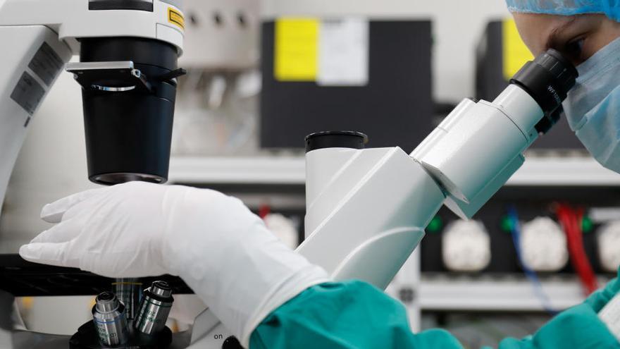 """Brasil suspende los ensayos de la vacuna china por un """"evento adverso grave"""""""