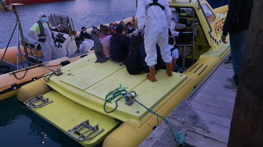 Rescate de inmigrantes tras naufragar una patera en el norte de Lanzarote