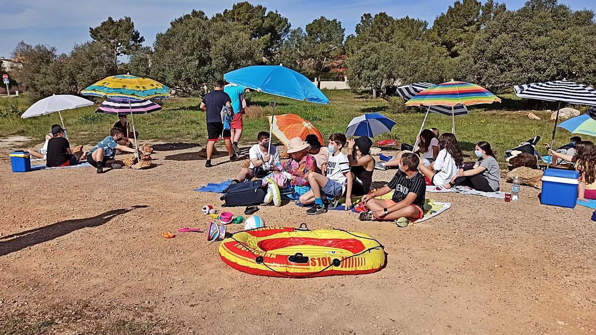 Los alumnos del instituto recrean una escena de playa masificada, durante el trabajo.