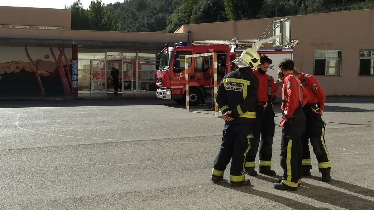 Varias dotaciones de los Bombers de Mallorca se han desplazado hasta la escuela de Bunyola.