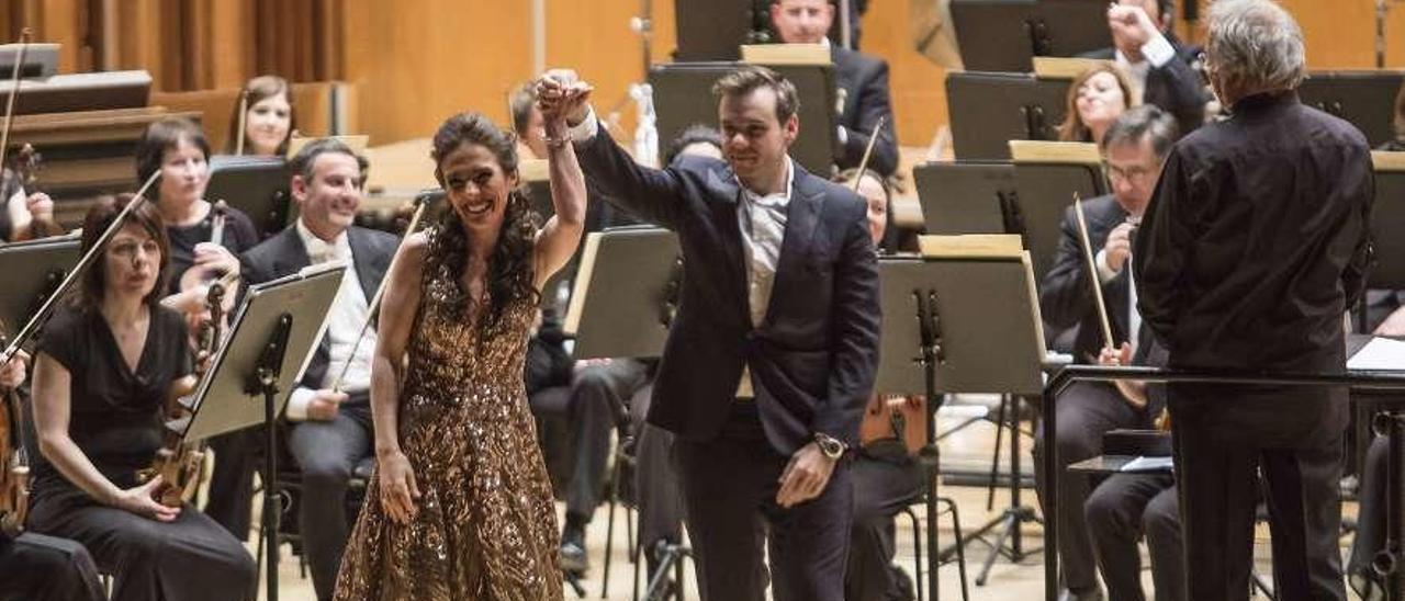 La soprano Ermonela Jaho y el tenor Benjamin Bernheim, en el centro, saludando ayer en el Auditorio.