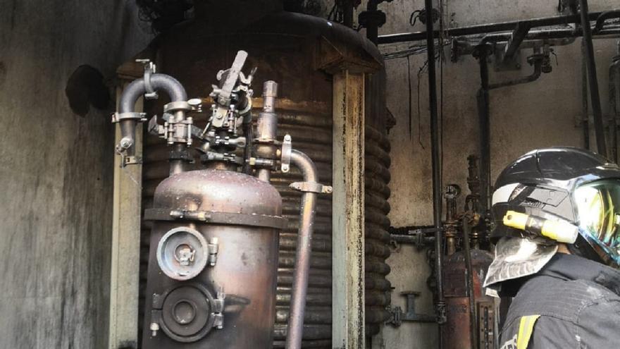 Los bomberos sofocan un fuego en la planta química de San Cristóbal